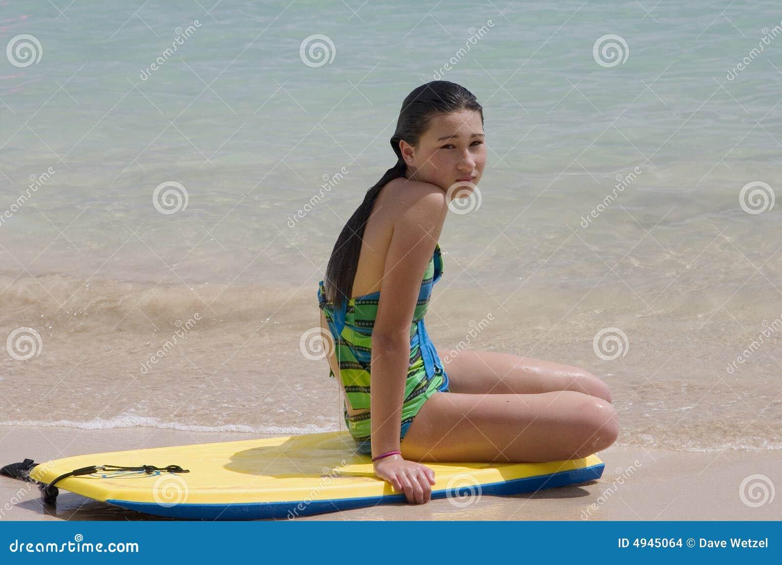 Seduta di modello su una scheda all oceano