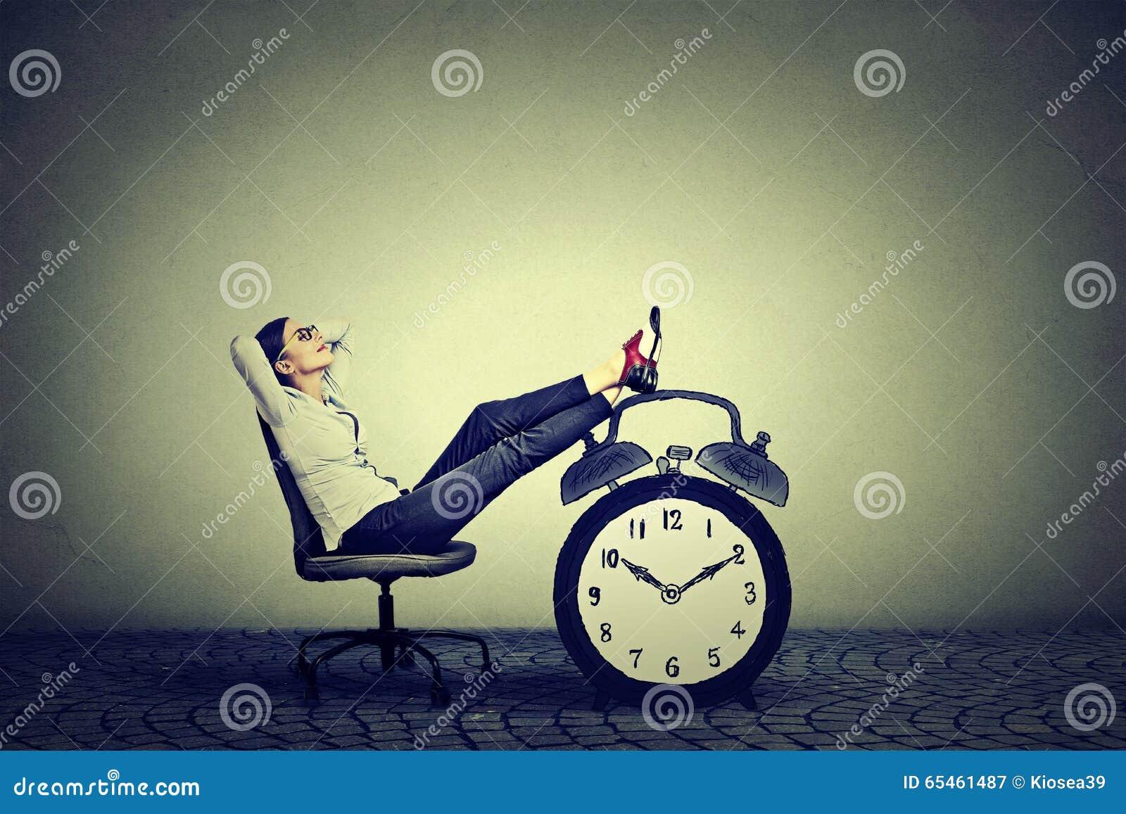 Seduta di rilassamento della donna di affari nell ufficio Concetto della gestione di tempo libero di sforzo