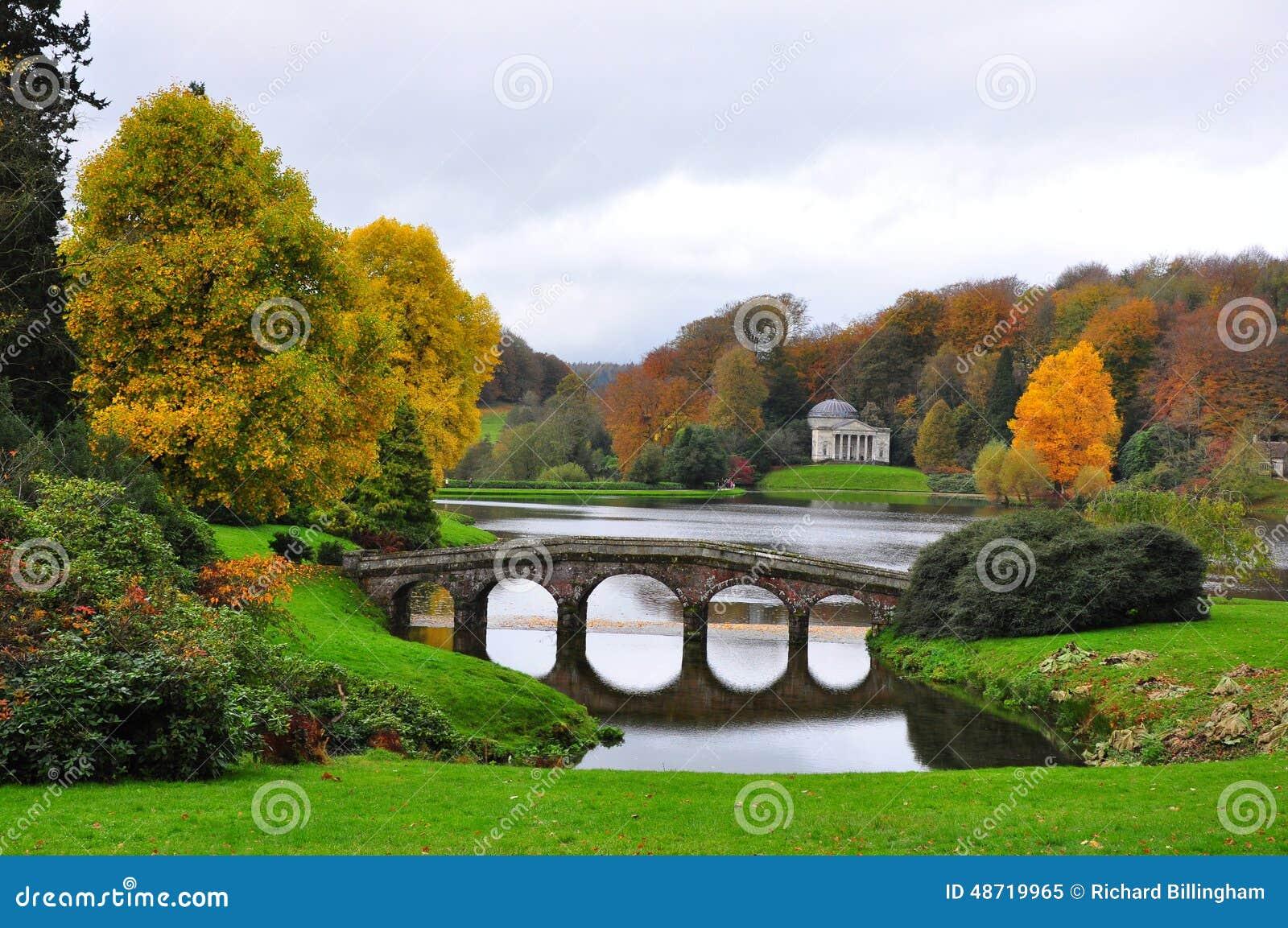 See und Brücke im Herbst - Stourhead-Garten