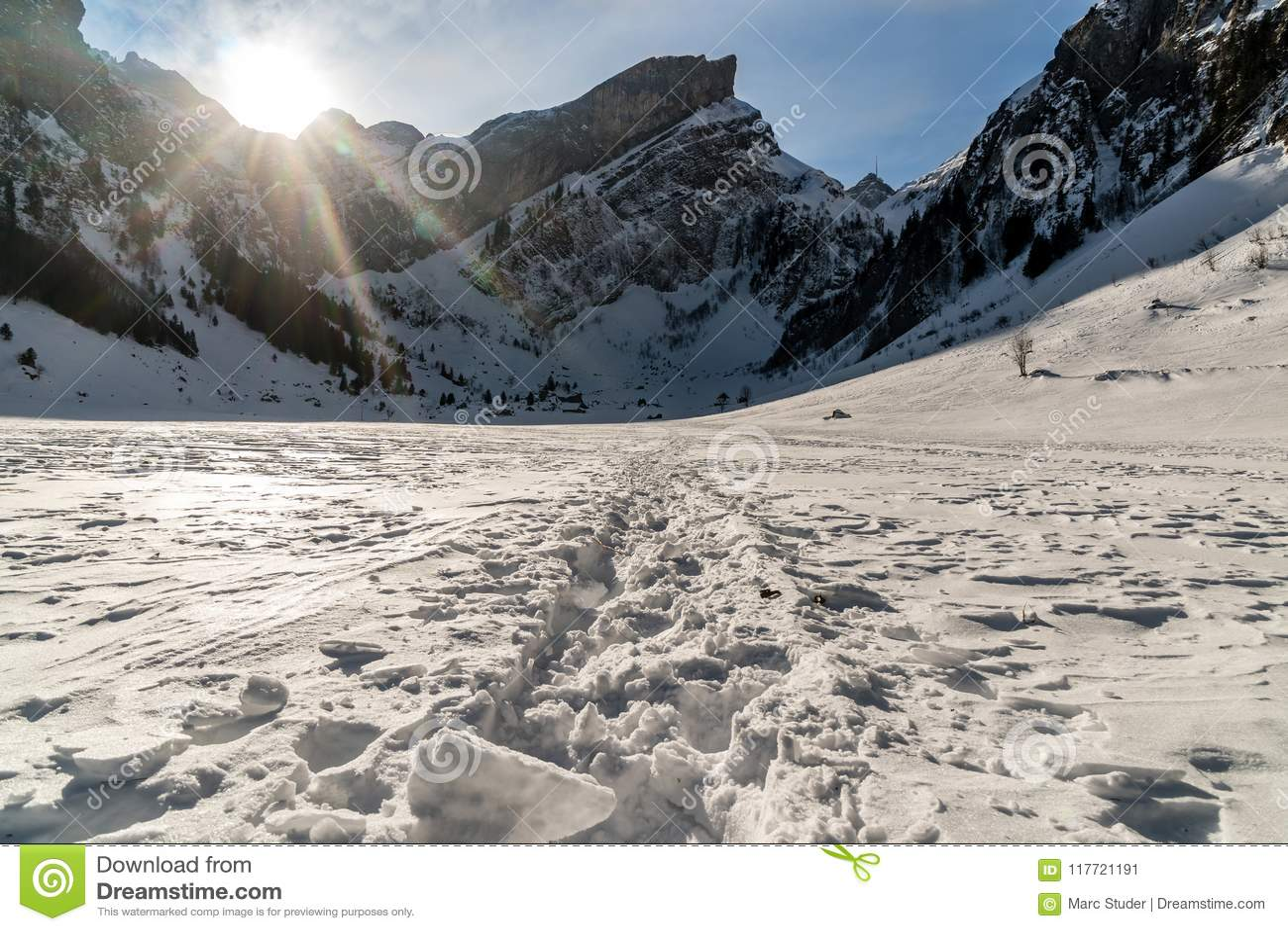 Seealpsee, ελβετικά βουνά κατά τη διάρκεια του χειμώνα με τα βήματα