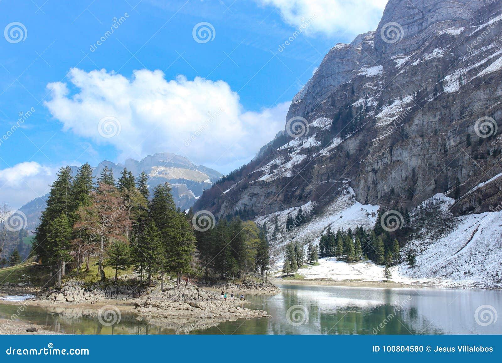 Seealpsee sjö och Santis berg, Schweiz