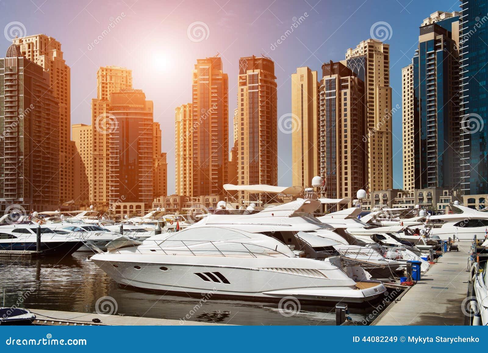 Seebucht mit Yachten bei Sonnenuntergang