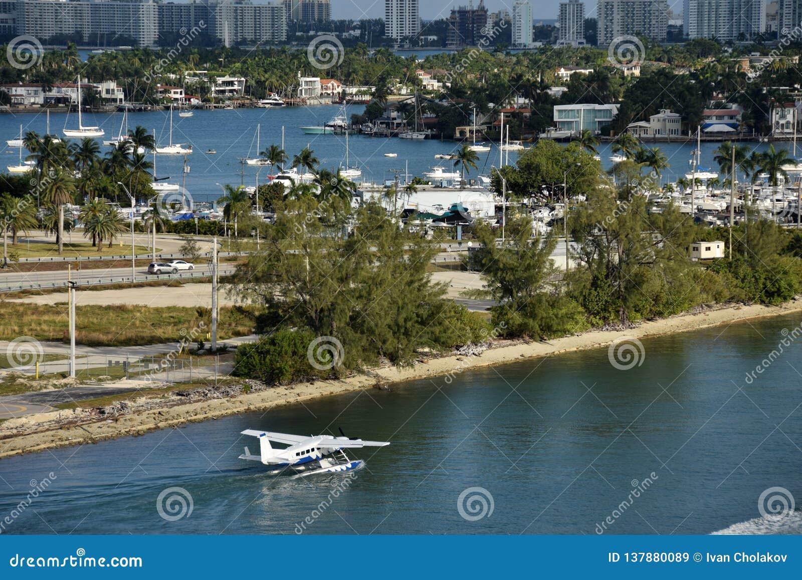 Seeflugzeug, das von Miami abreist