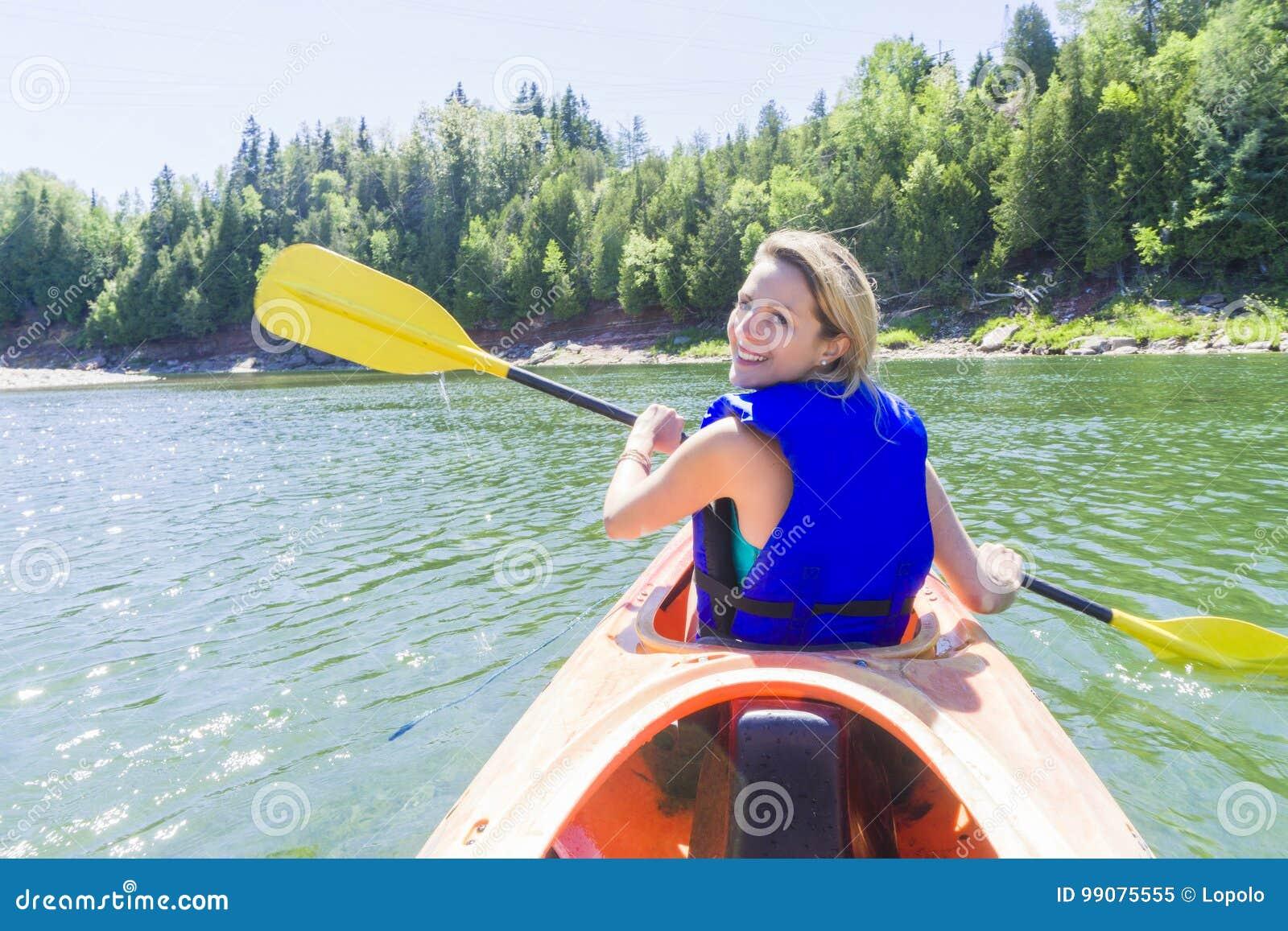 Seekajaken der jungen Frau