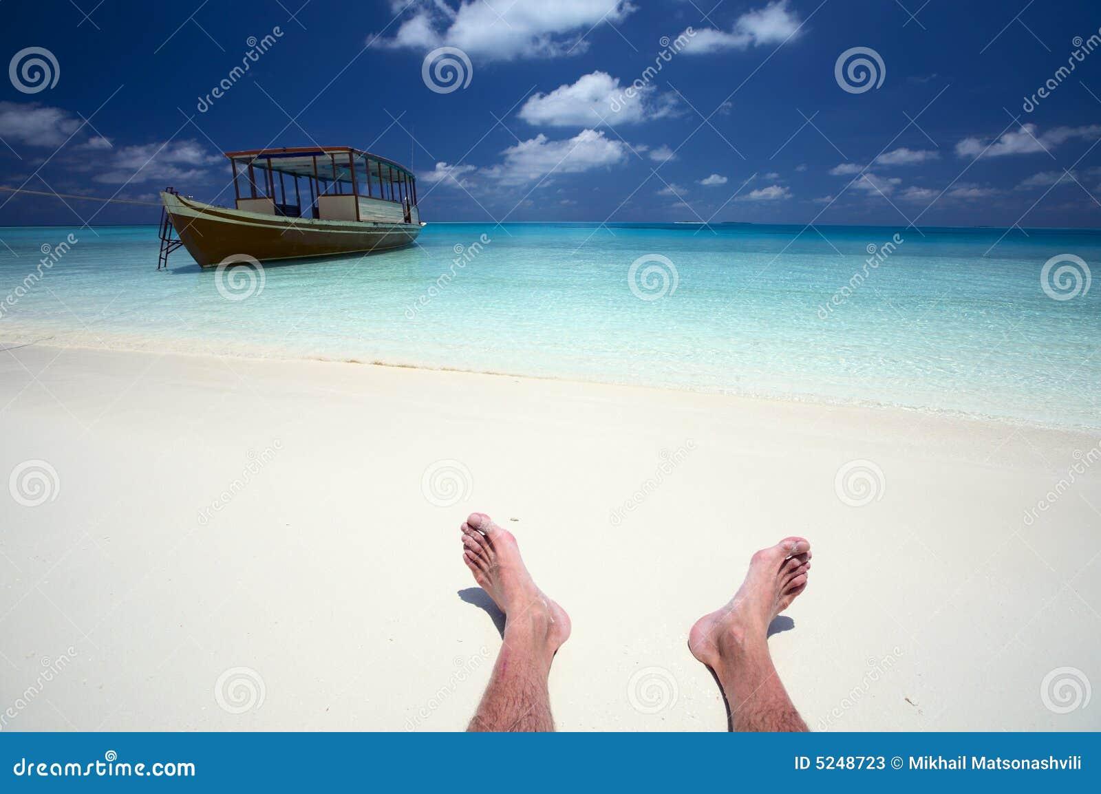 Seemann hat einen Rest auf einem Strand