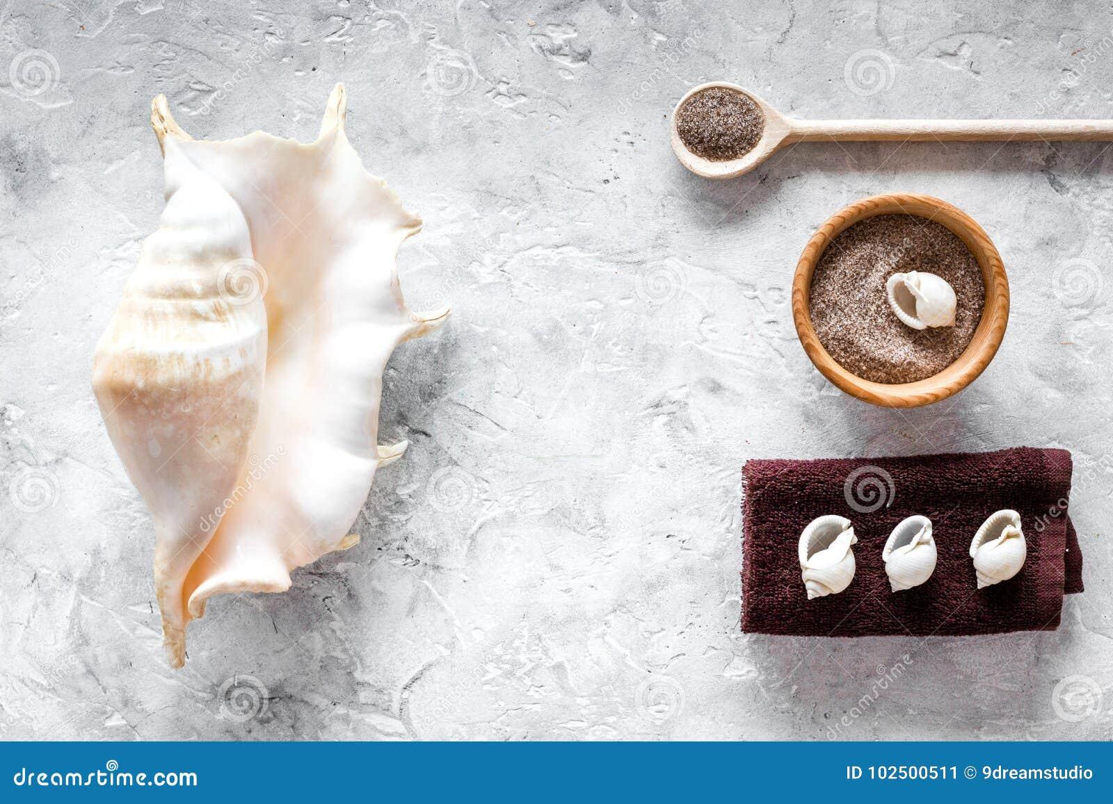 Seesalz vom Toten Meer und Oberteil in den Kosmetik stellten für Badekurort auf Draufsicht des grauen Hintergrundes ein