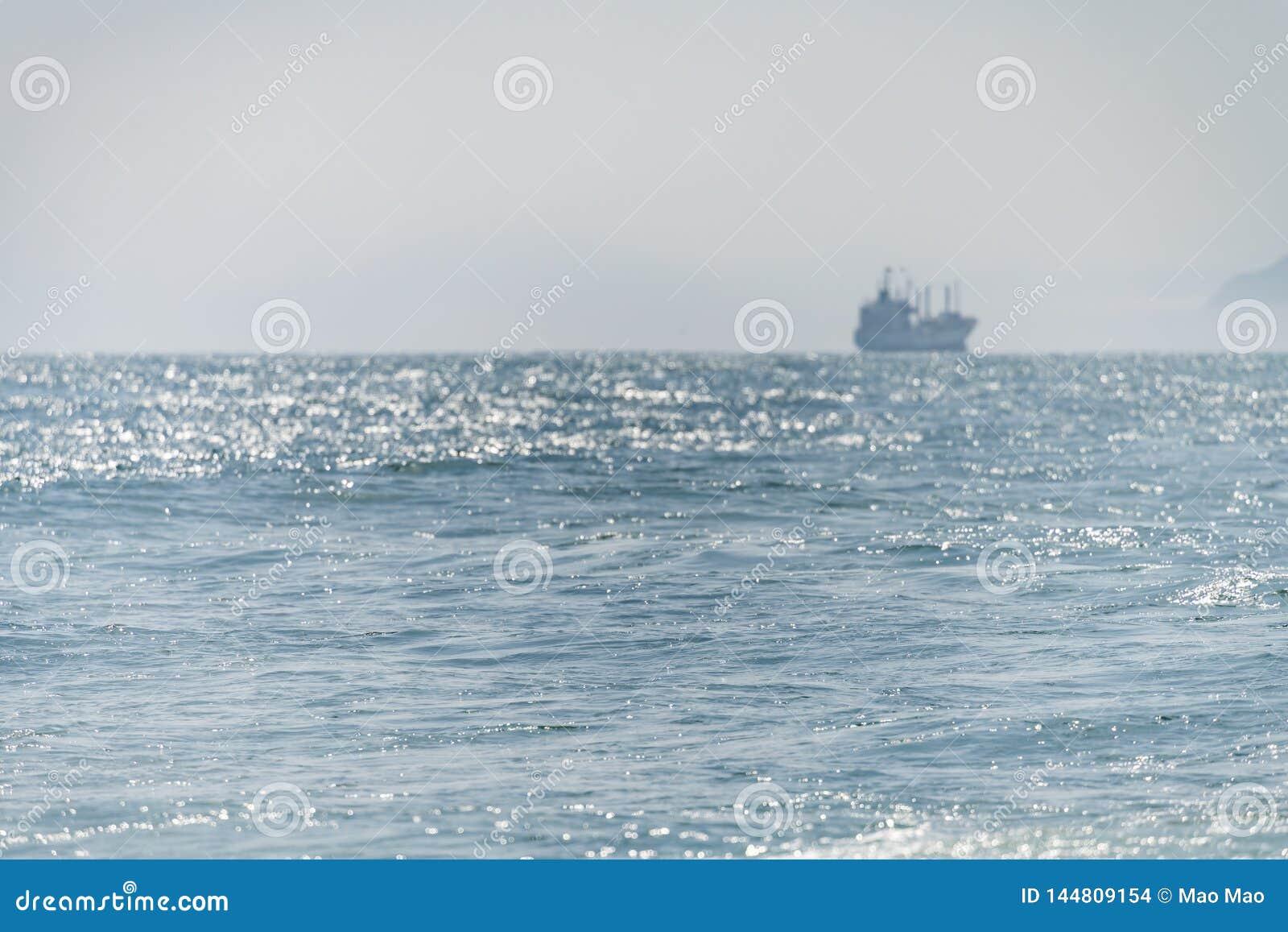 Seeschiffssegel Entlang dem Ufer am Sonnenlicht