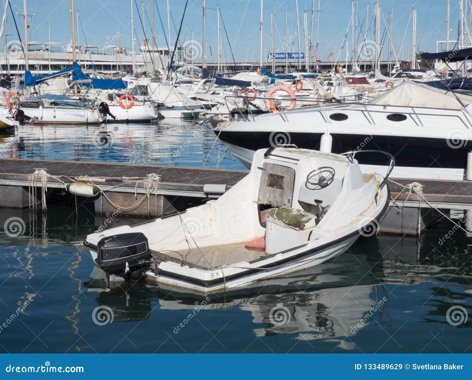 Segel-Boote an einem schönen wolkenlosen Tag im Jachthafen