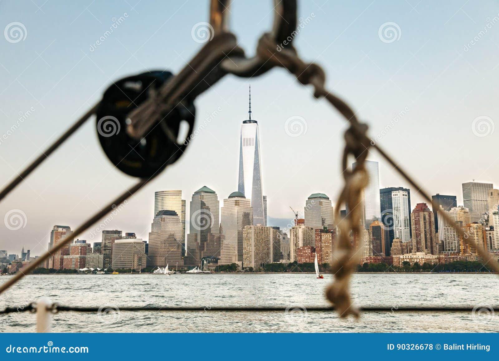 Segelbåt i New York med World Trade Center