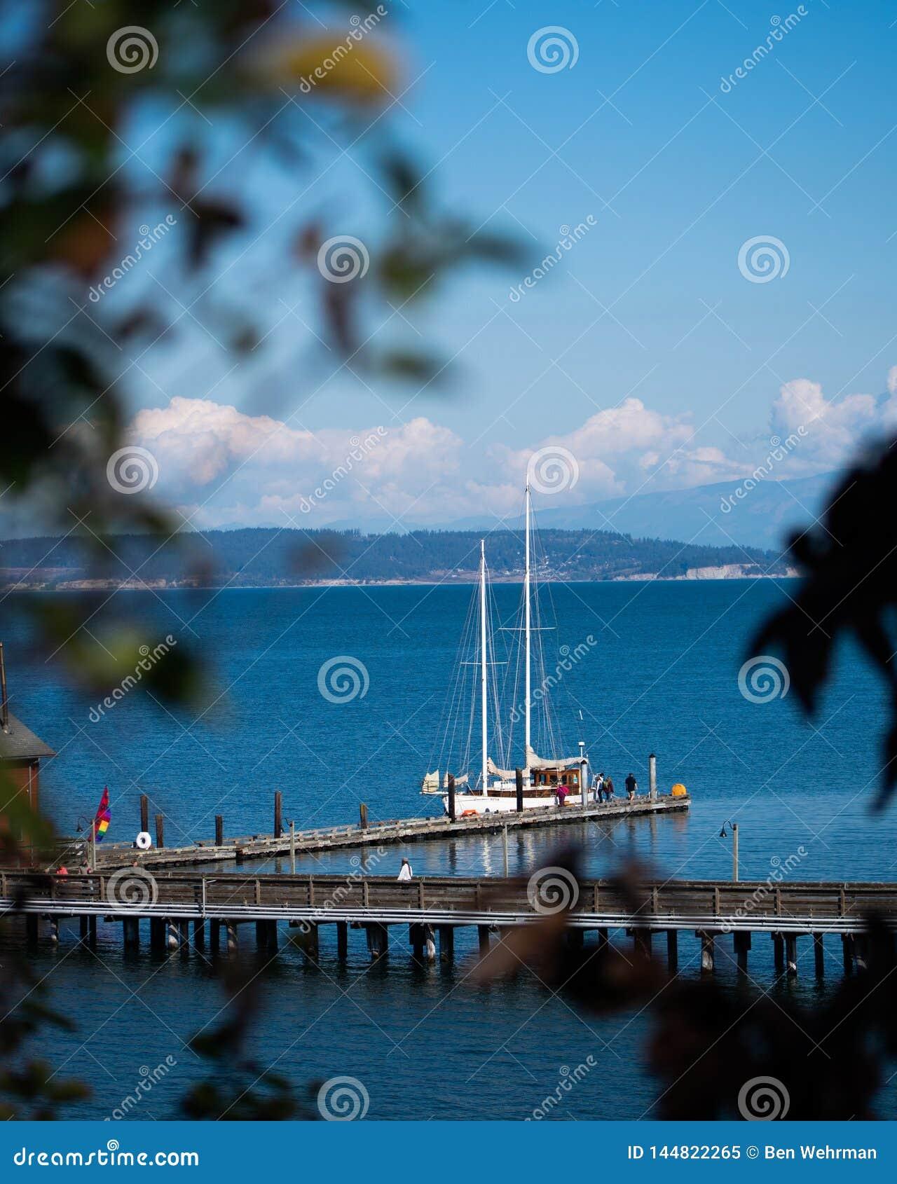 Segelbåt på skeppsdockan