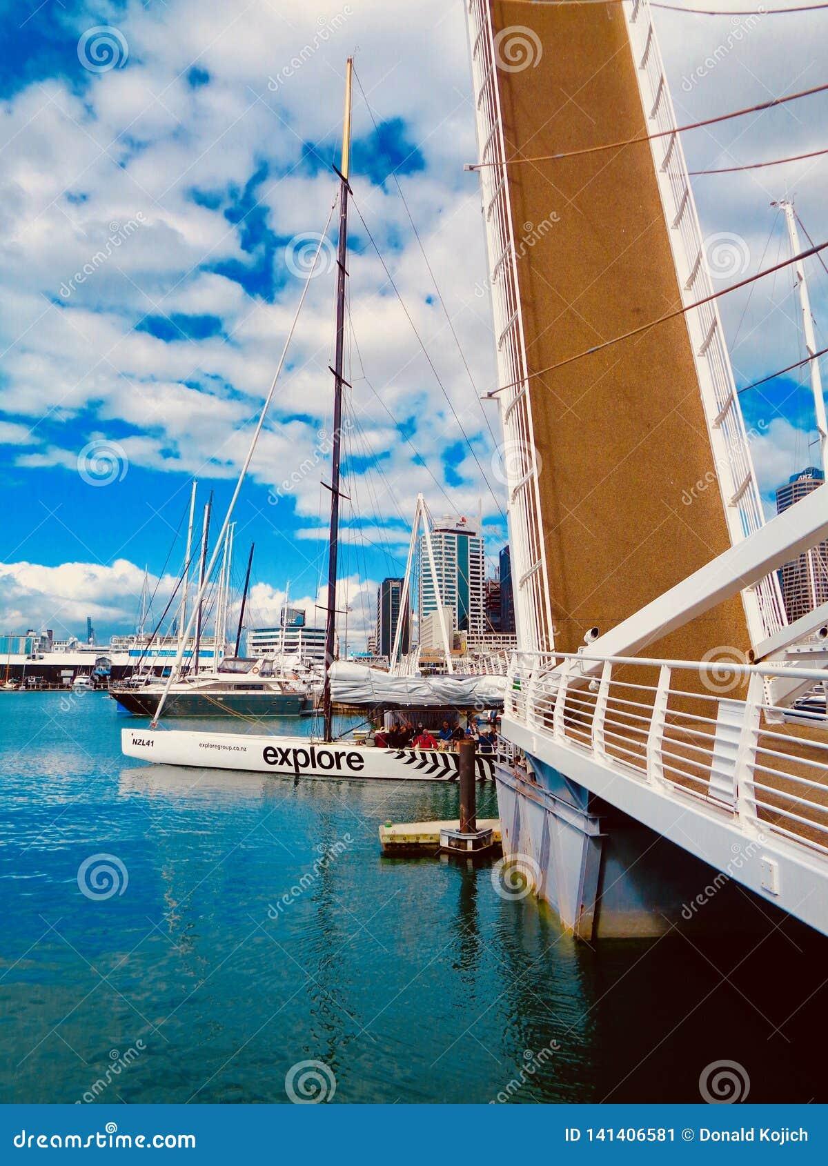Segelbåtar i den Auckland hamnen