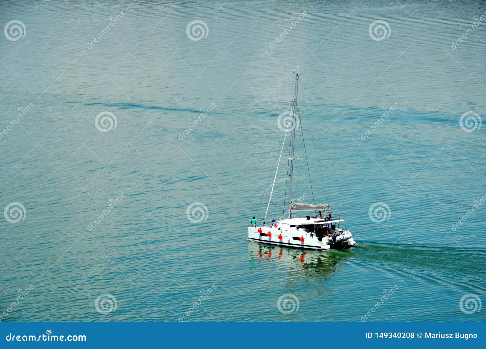 Segelboot, das durch Panamakanal durchfährt