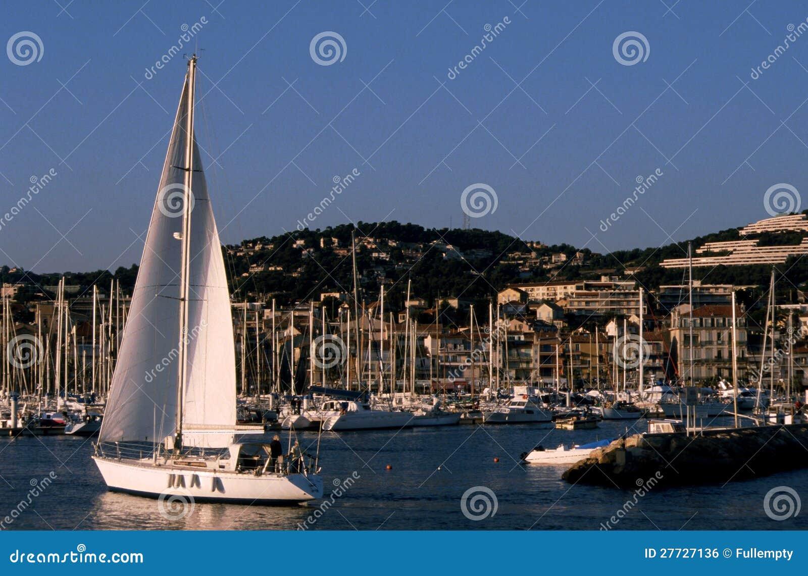 Segelboot im Bandol Jachthafen - Frankreich