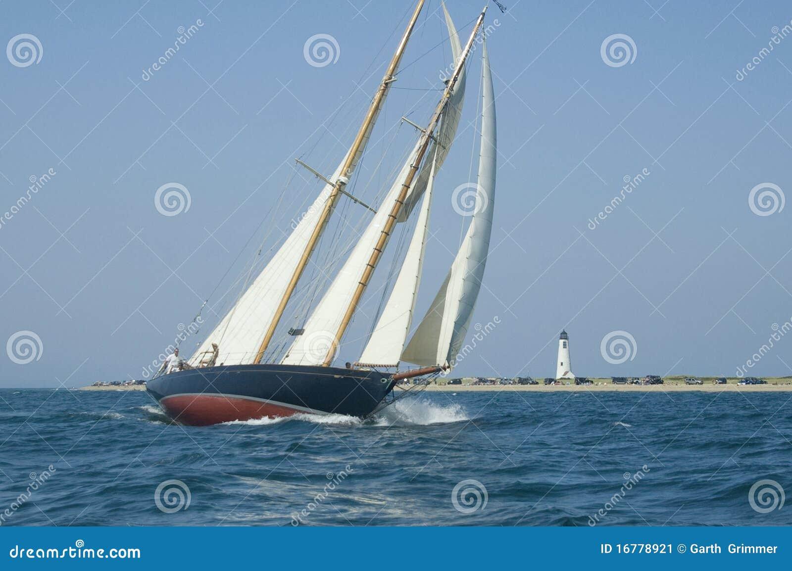 Segelboot und Leuchtturm