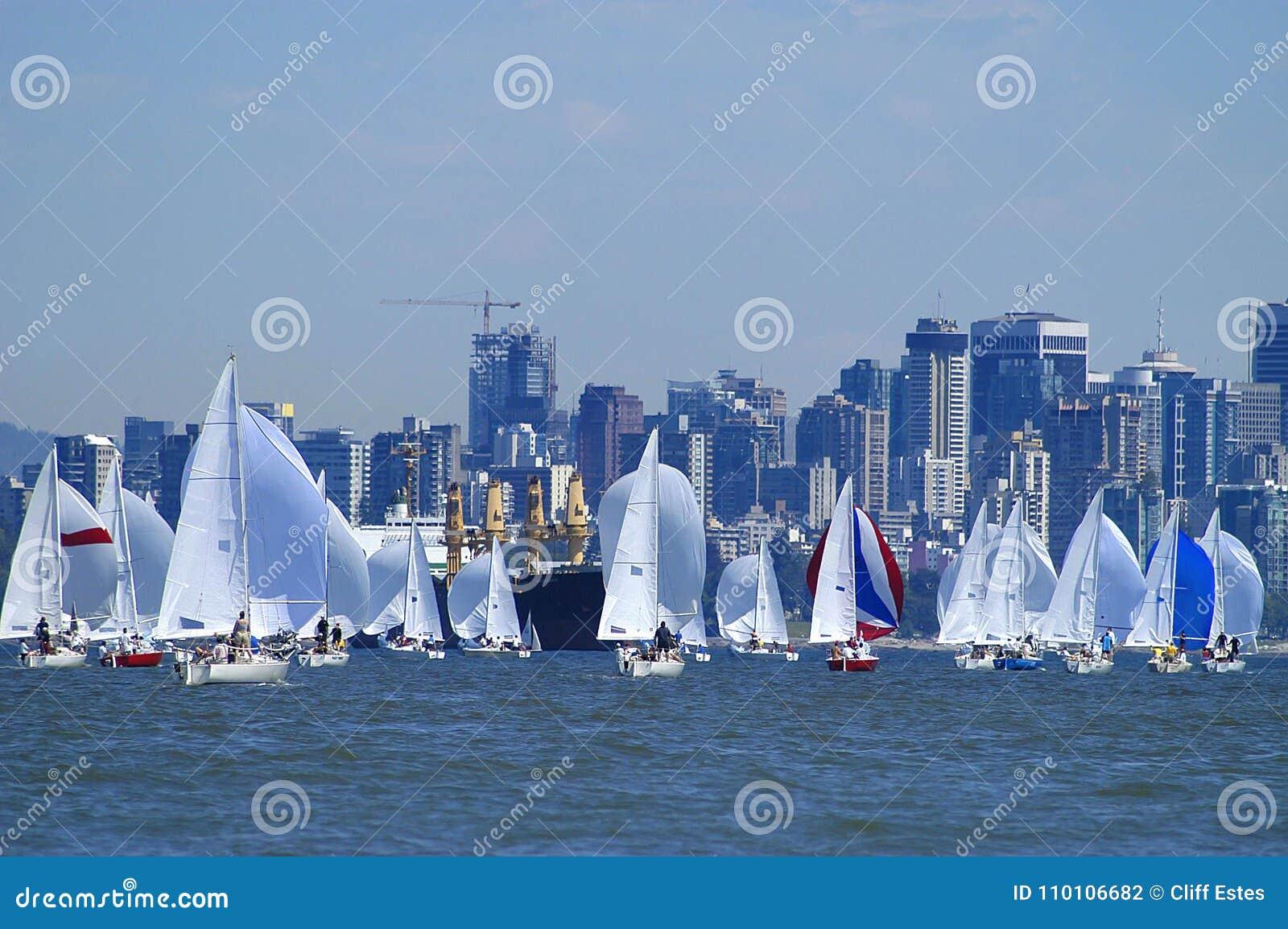 Segelboote, die auf englischer Bucht laufen