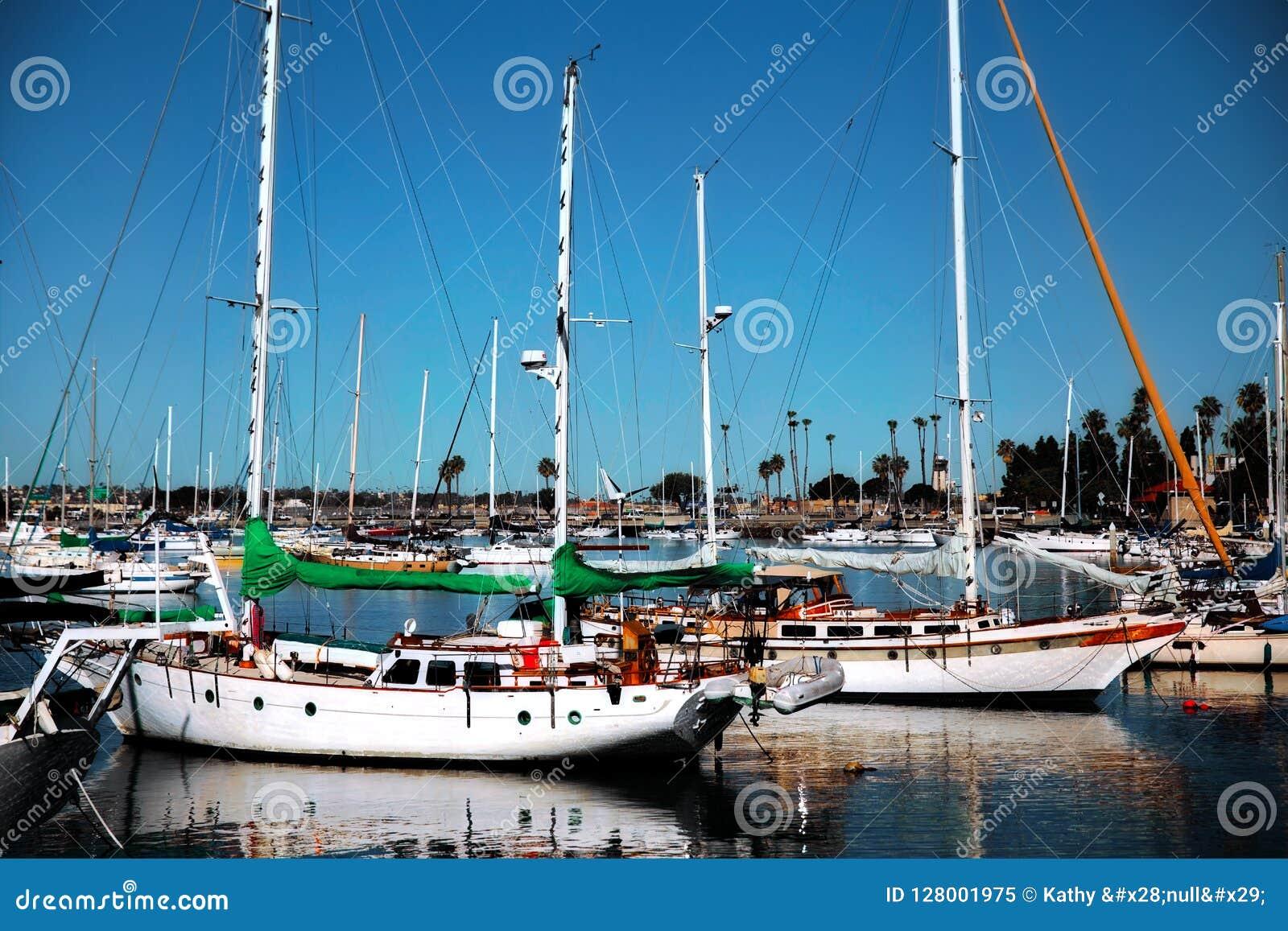 Segelboote in einem Hafen in San Diego