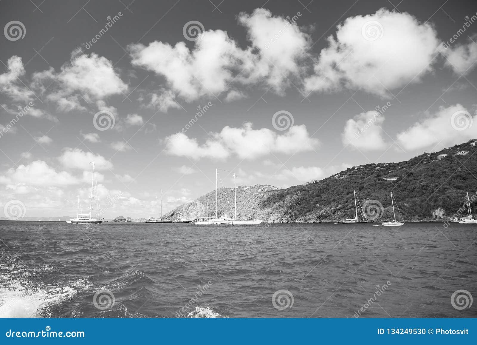 Segelboote segeln in Meer auf bewölktem blauem Himmel im gustavia, stbarts Segeln- und Segelsportabenteuer Sommerferien an