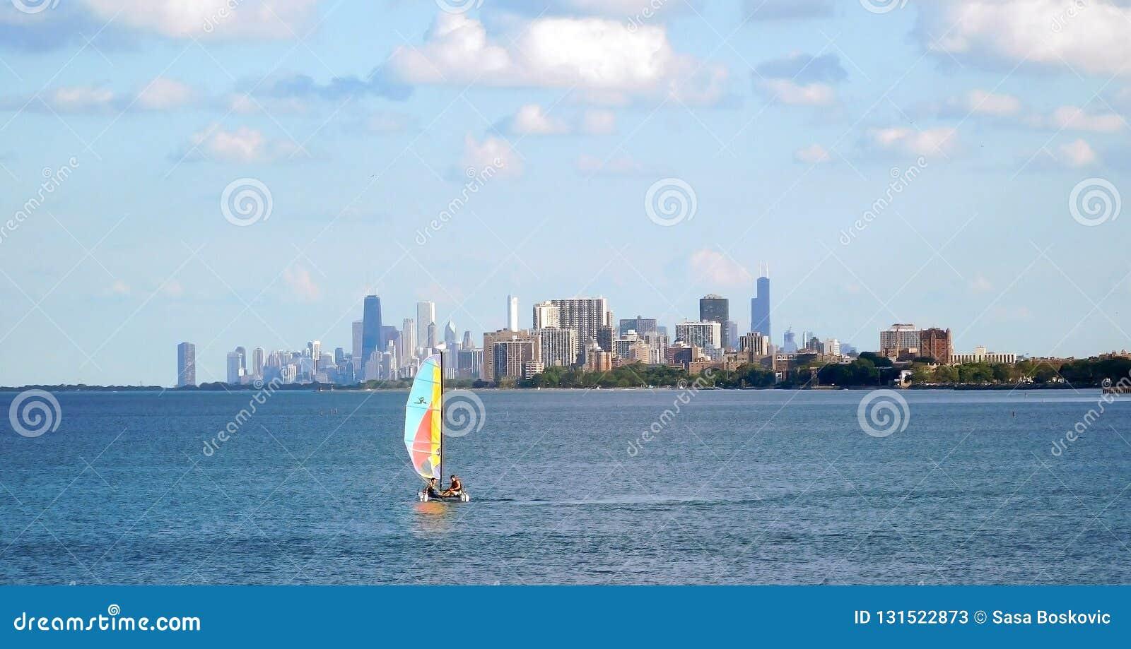 Segeln auf Michigansee, Chicago-Skyline auf dem Hintergrund
