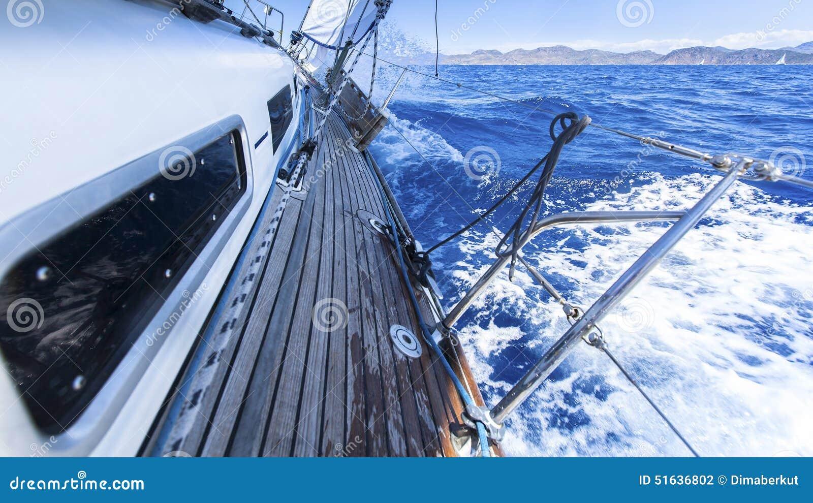 Segeln Rennjacht im Mittelmeer auf Hintergrund des blauen Himmels