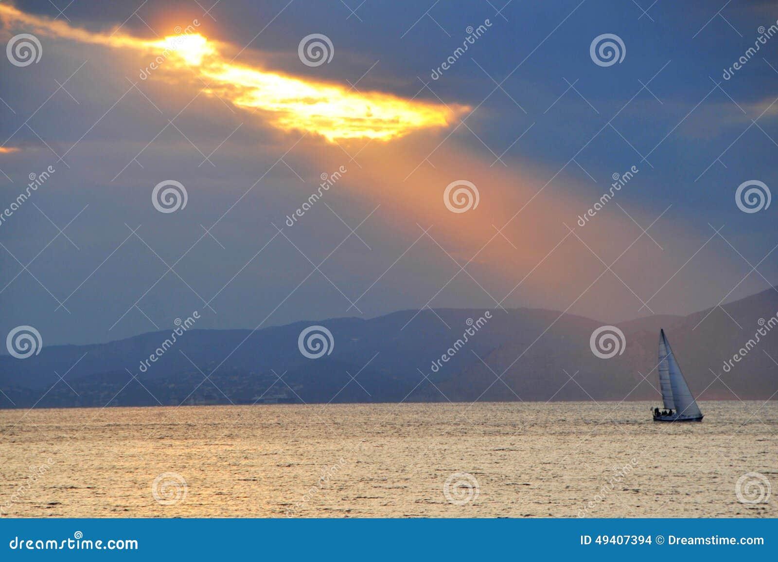 Download Segeln am Sonnenuntergang stockfoto. Bild von abend, romantisch - 49407394