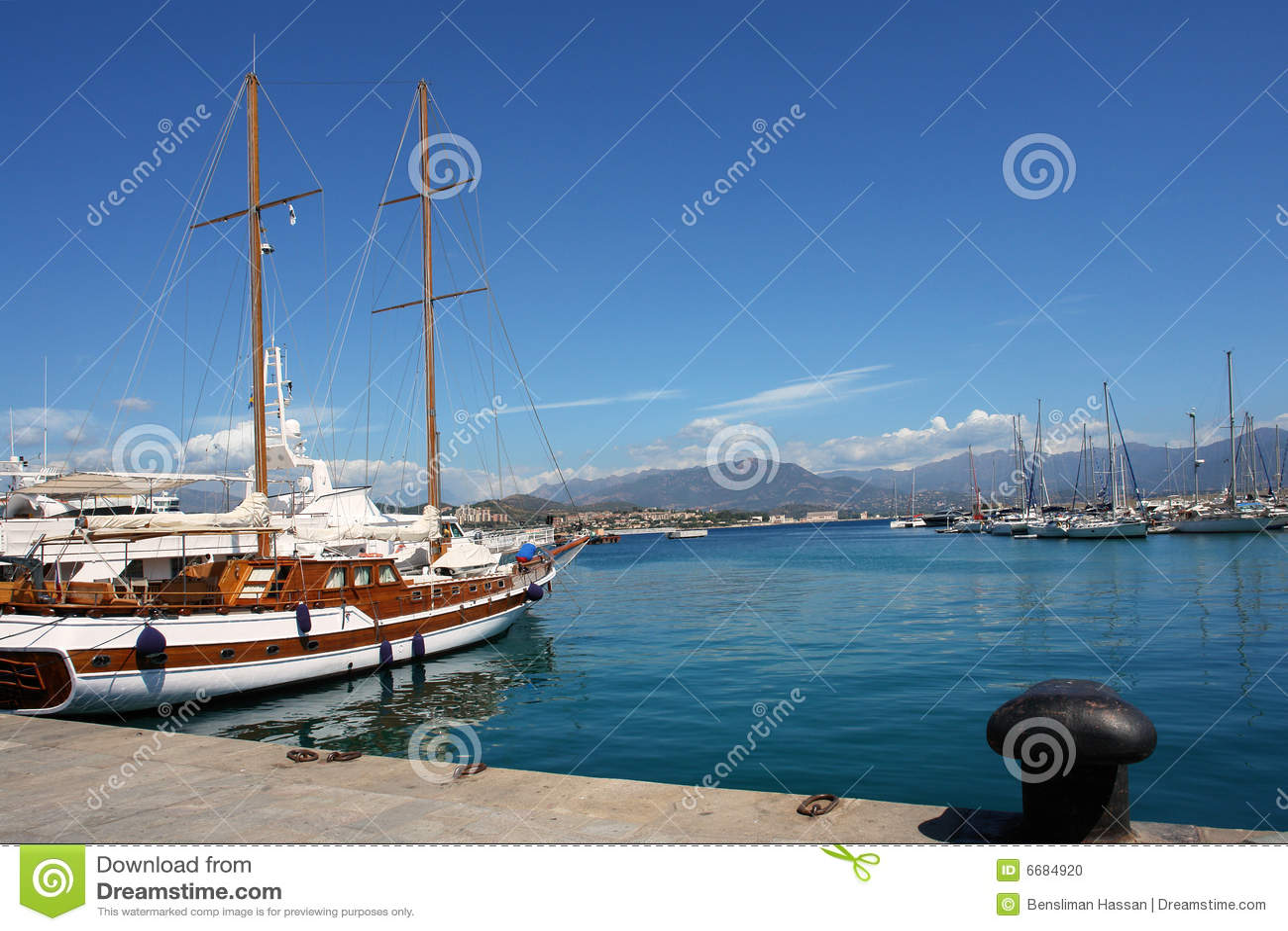 Segelnboot im Ajaccio habor