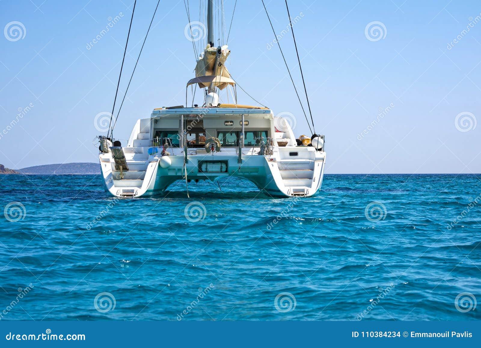 Segelnkatamaran im blauen Wasser des Ägäischen Meers