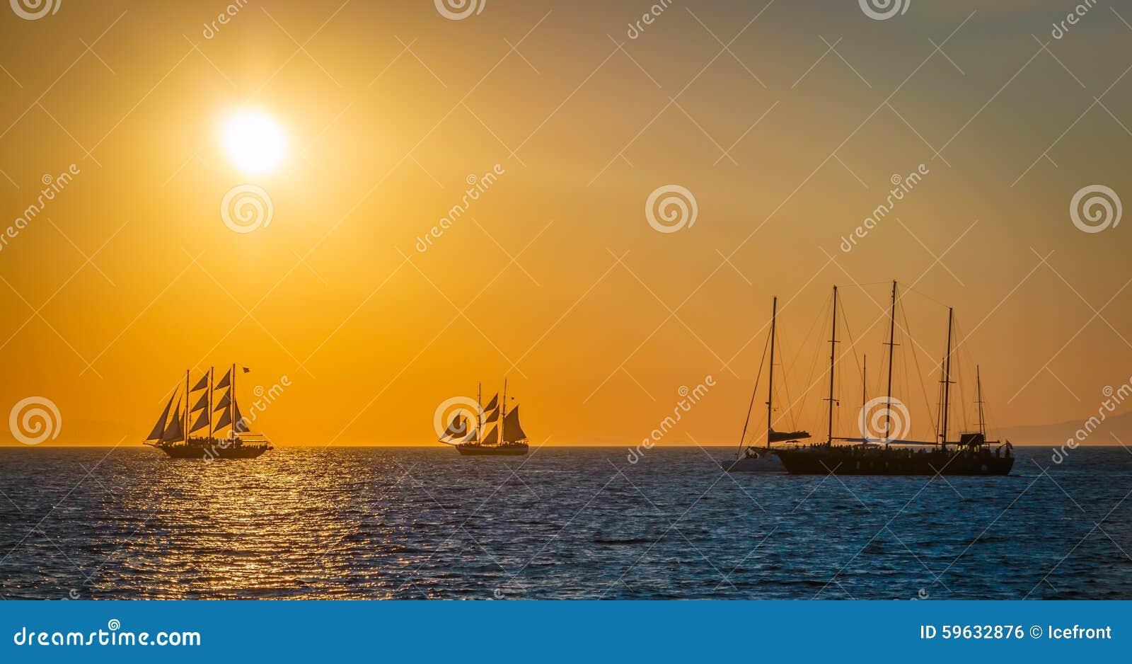 Segelschiffe auf dem meer  Segelschiffe Auf Dem Meer Im Sonnenuntergang Stockfoto - Bild von ...