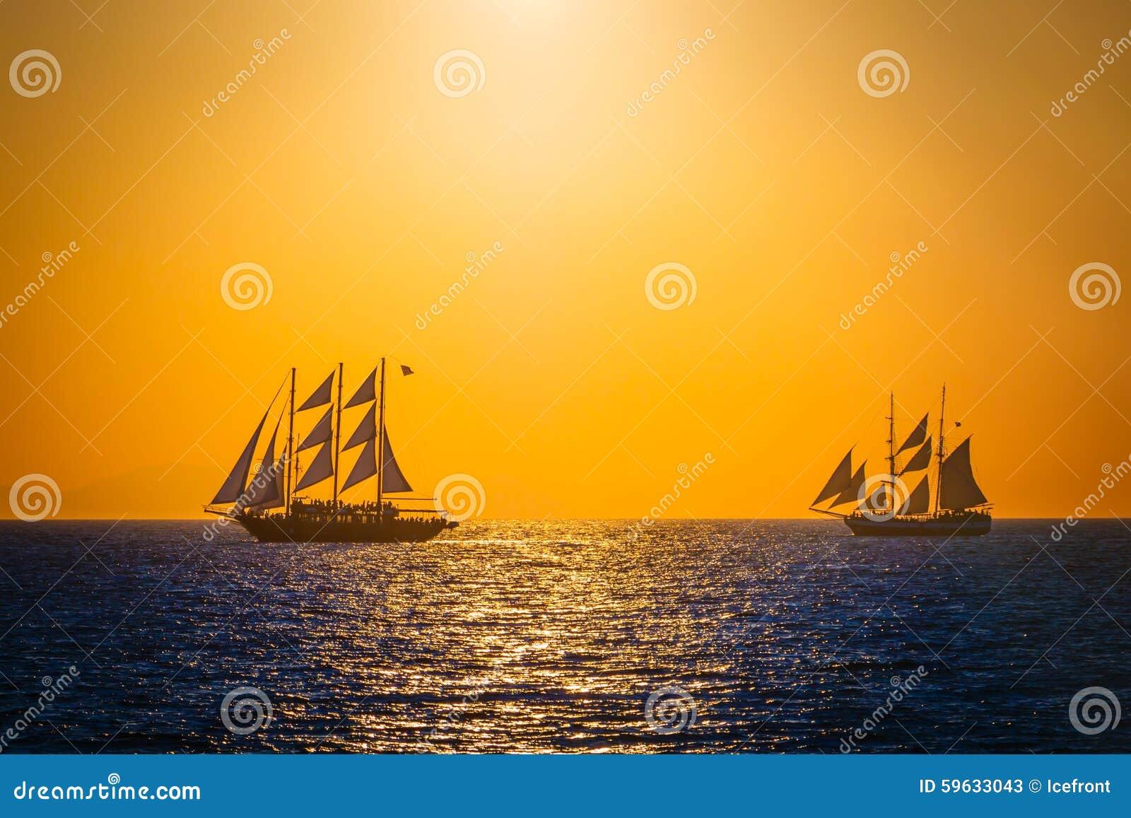 Segelschiffe auf dem meer sonnenuntergang  Segelschiffe Auf Dem Meer Im Sonnenuntergang Stockfoto - Bild ...