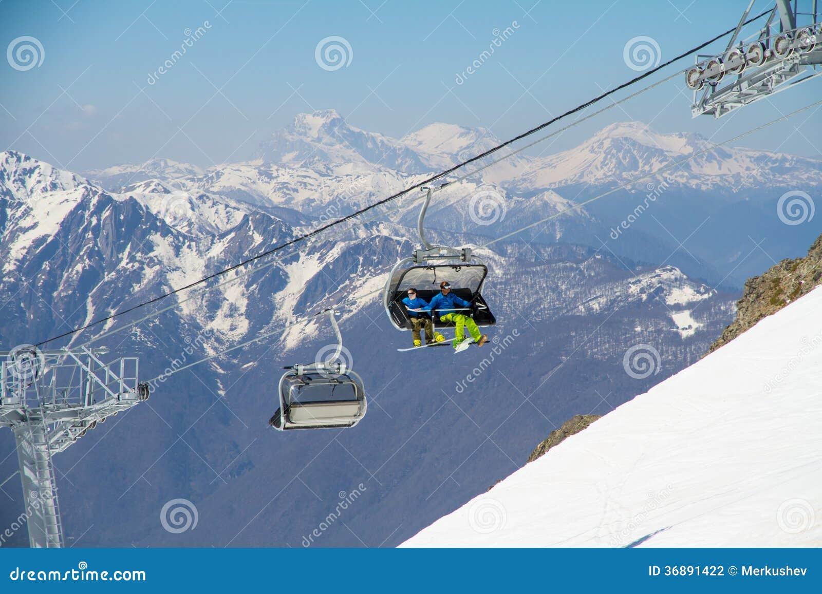 Download Seggiovia Su Una Stazione Sciistica Fotografia Stock - Immagine di skiing, skier: 36891422