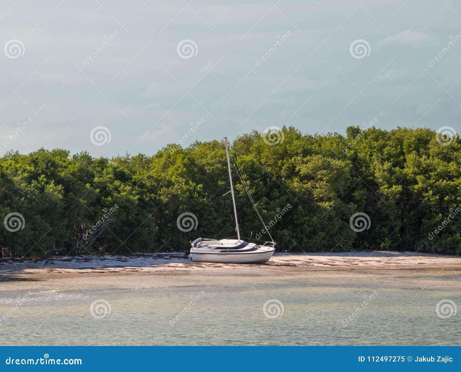 Segla ashore, skeppsbrott, parkerat fartyg på en strand på den Holbox ön