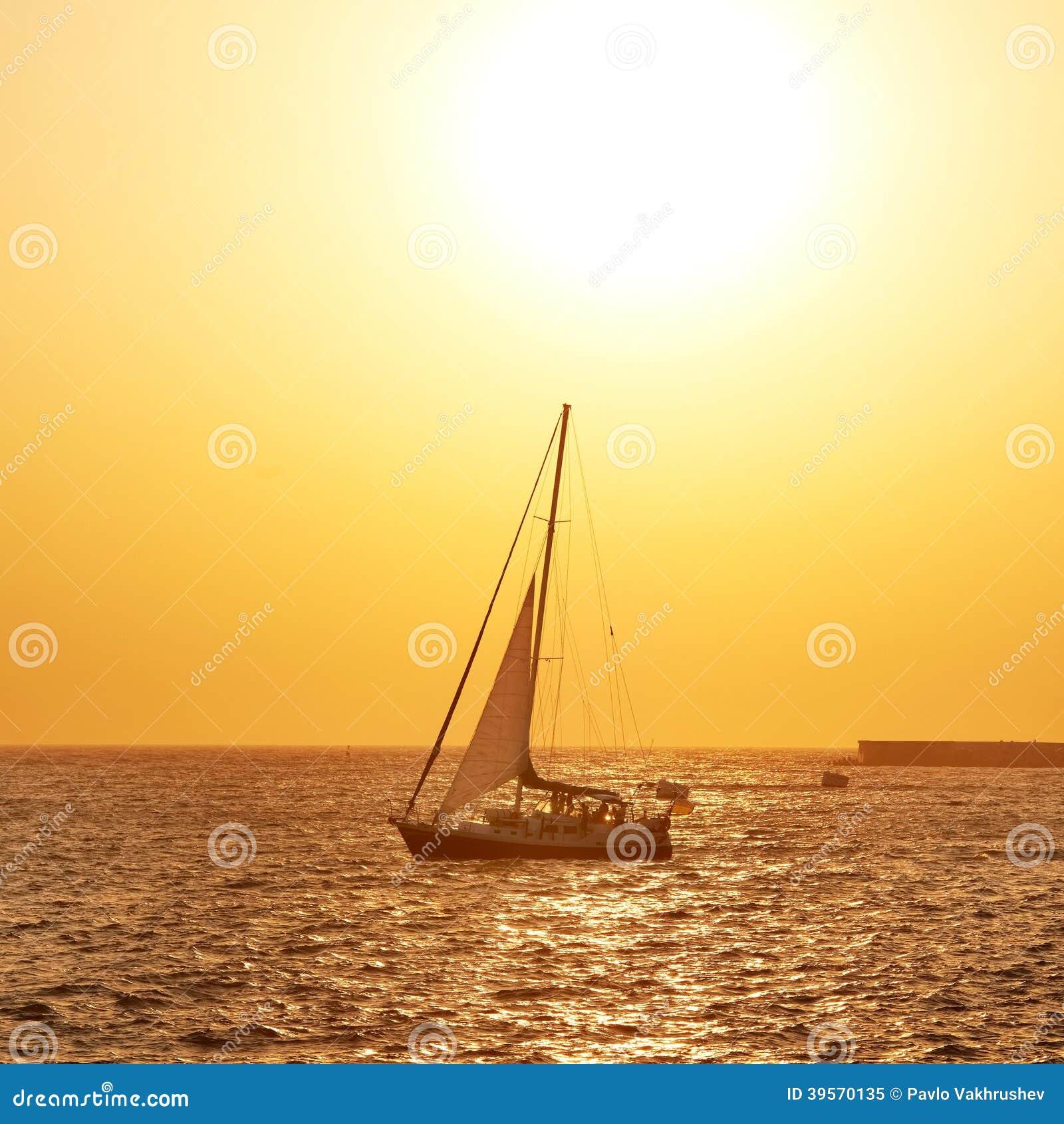 Segla fartyget mot havssolnedgång