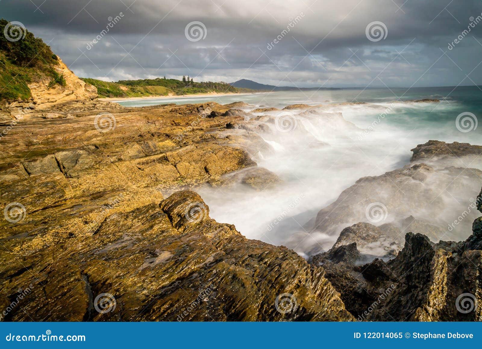 Segla utmed kusten i Nambucca huvud i New South Wales, Australien, långt exponeringsskott