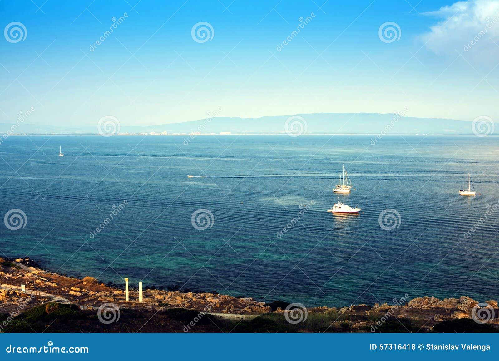 Segling Skeppyachter med vit seglar i det öppna havet Lyxiga fartyg