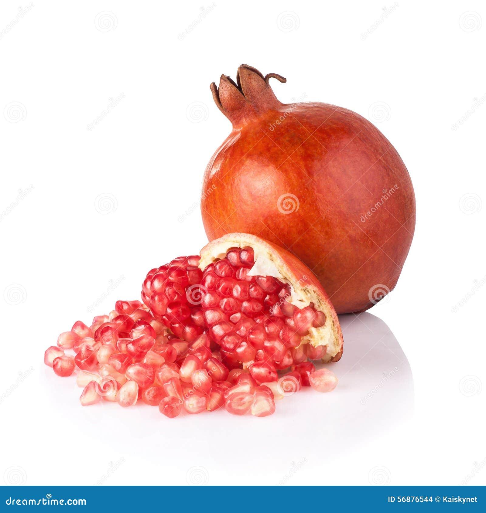 Segmento maturo della frutta del melograno isolato su fondo bianco