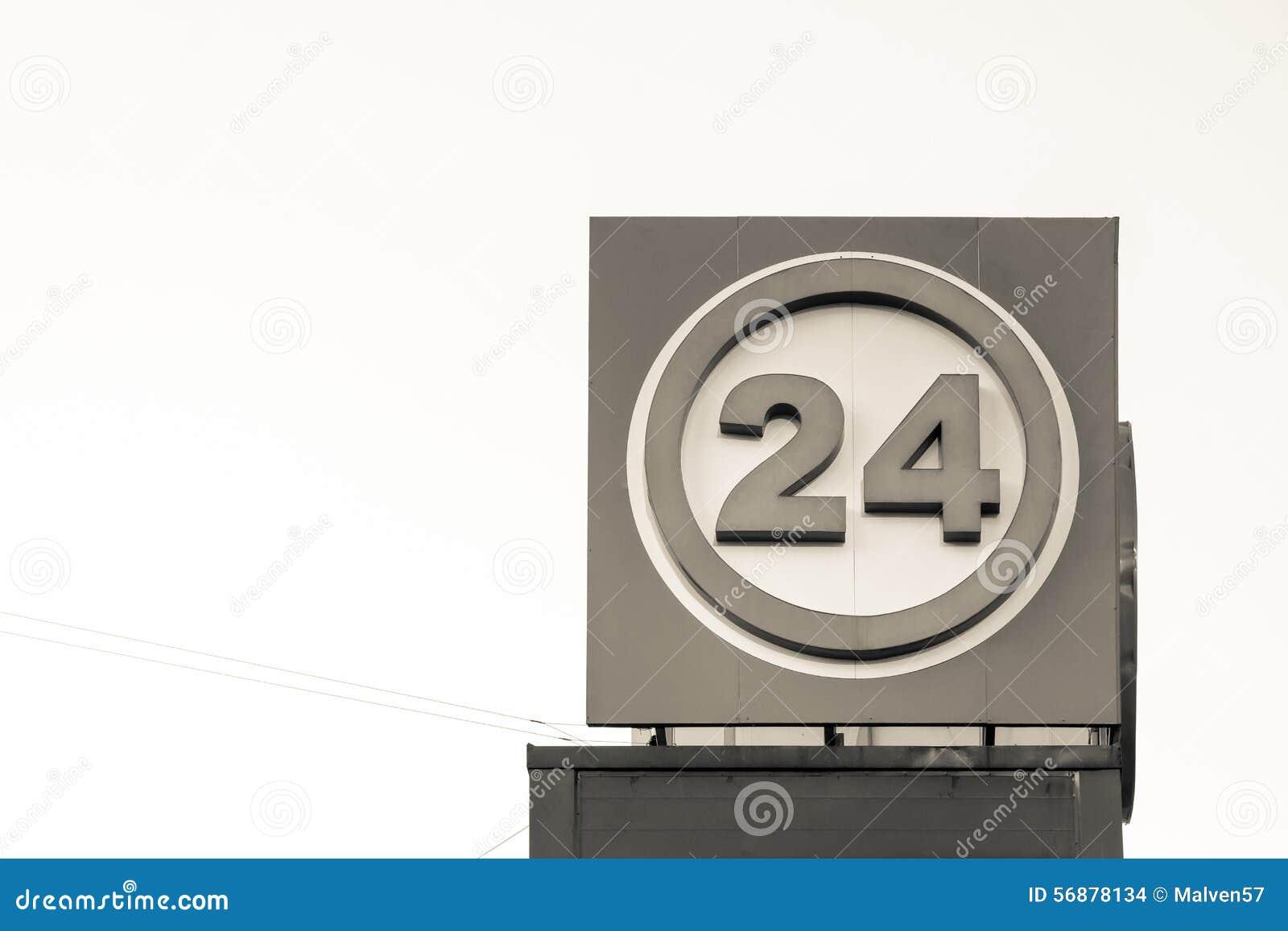 Segnale di informazione di colore beige con il numero 24