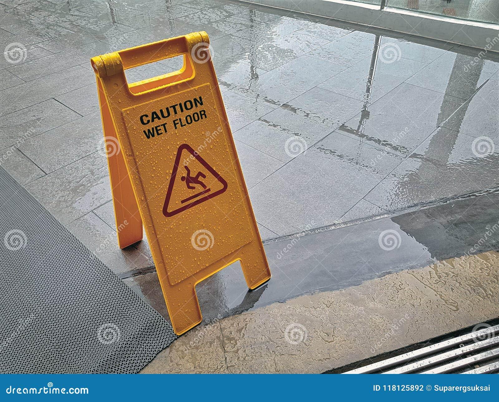 Segnale di pericolo del pavimento bagnato giallo il pavimento