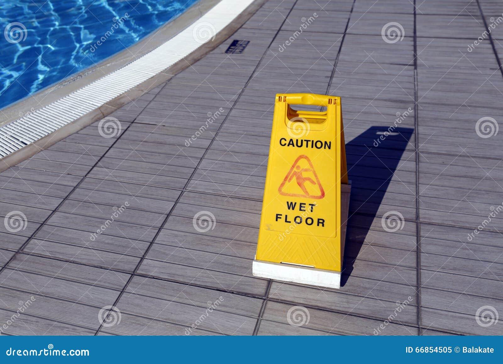 Segnale di pericolo giallo asta del di Ñ pavimento bagnato