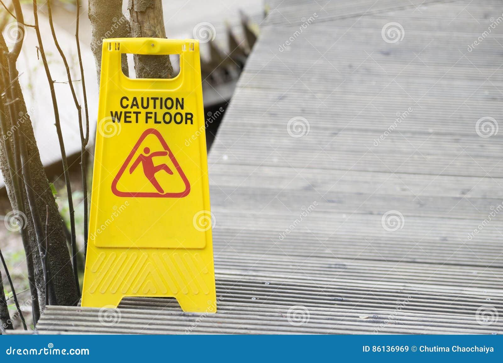 Segnale di pericolo per il pavimento bagnato immagine stock