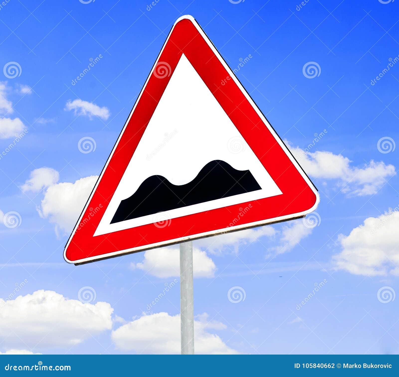 Segnale stradale d avvertimento triangolare rosso e bianco con un avvertimento di una strada irregolare avanti