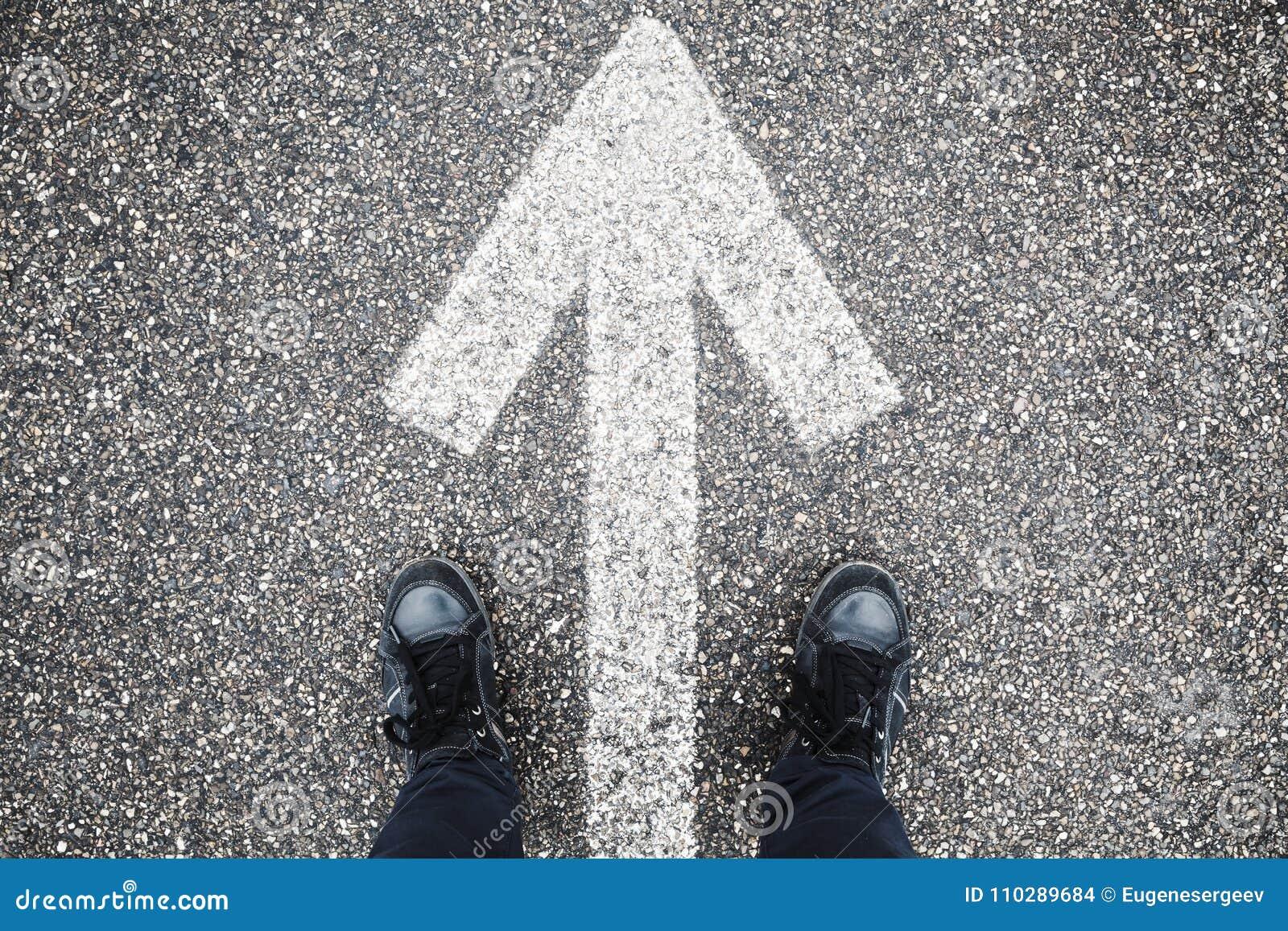 Segnaletica stradale bianca maschio e del piede della freccia