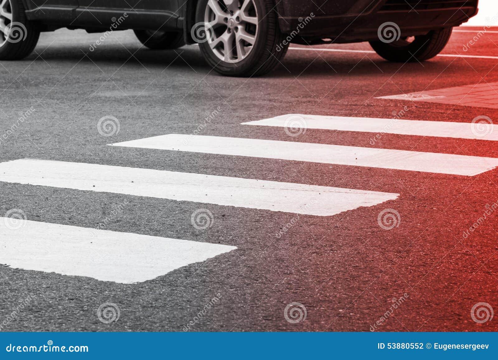 Segnaletica stradale del passaggio pedonale ed automobile commovente