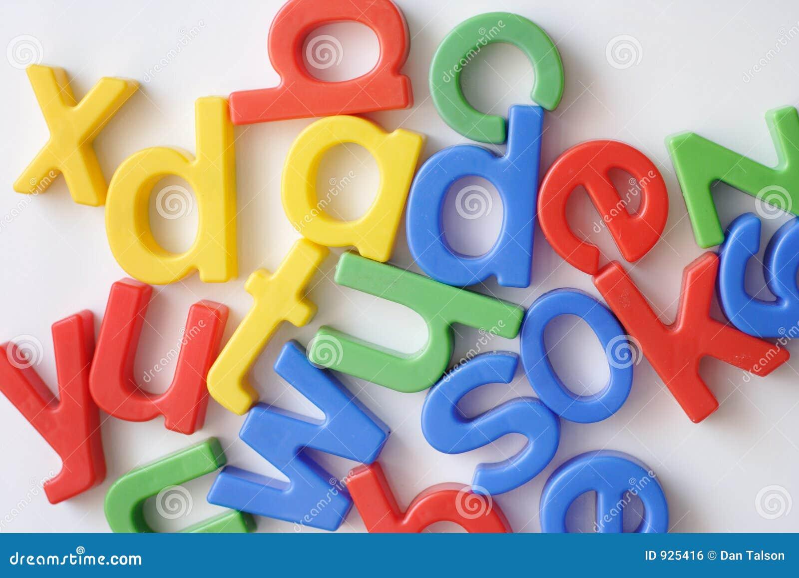 Segni i magneti con lettere del frigorifero