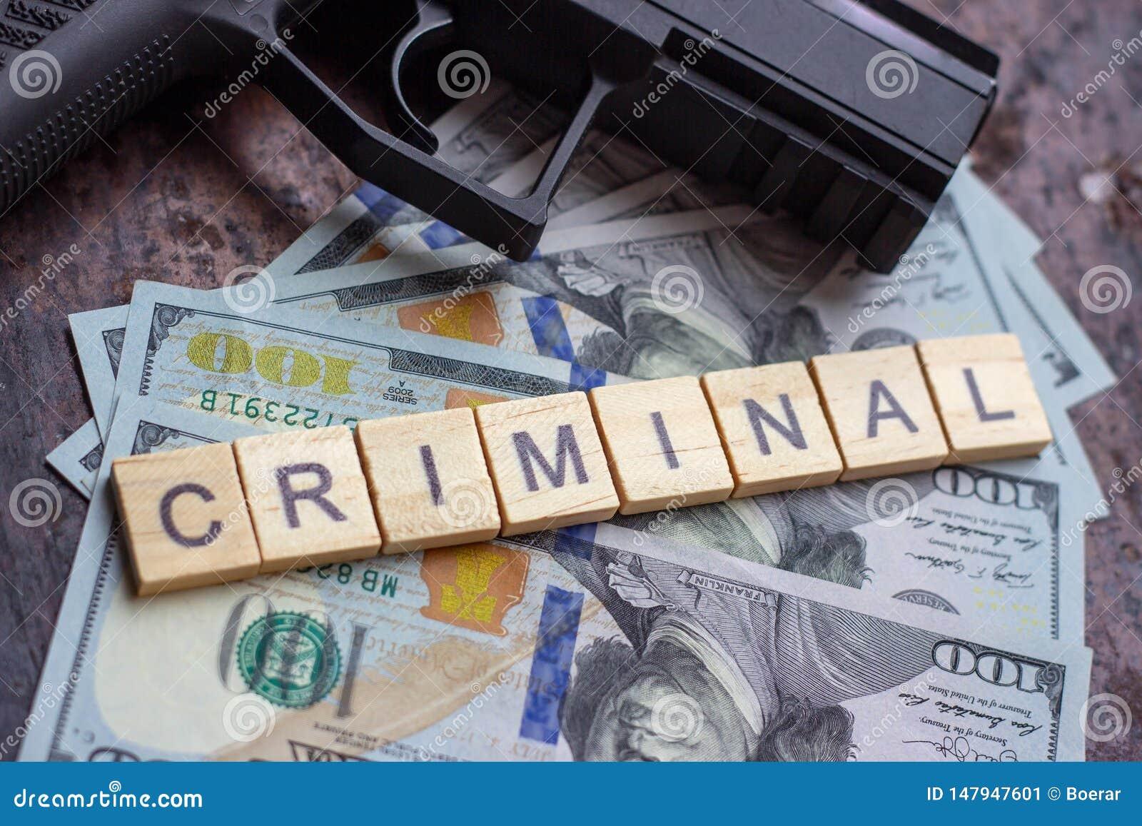 Segno criminale e pistola nera sul fondo dei dollari degli S.U.A. Concetto del mercato nero, di uccisione di contratto, della maf