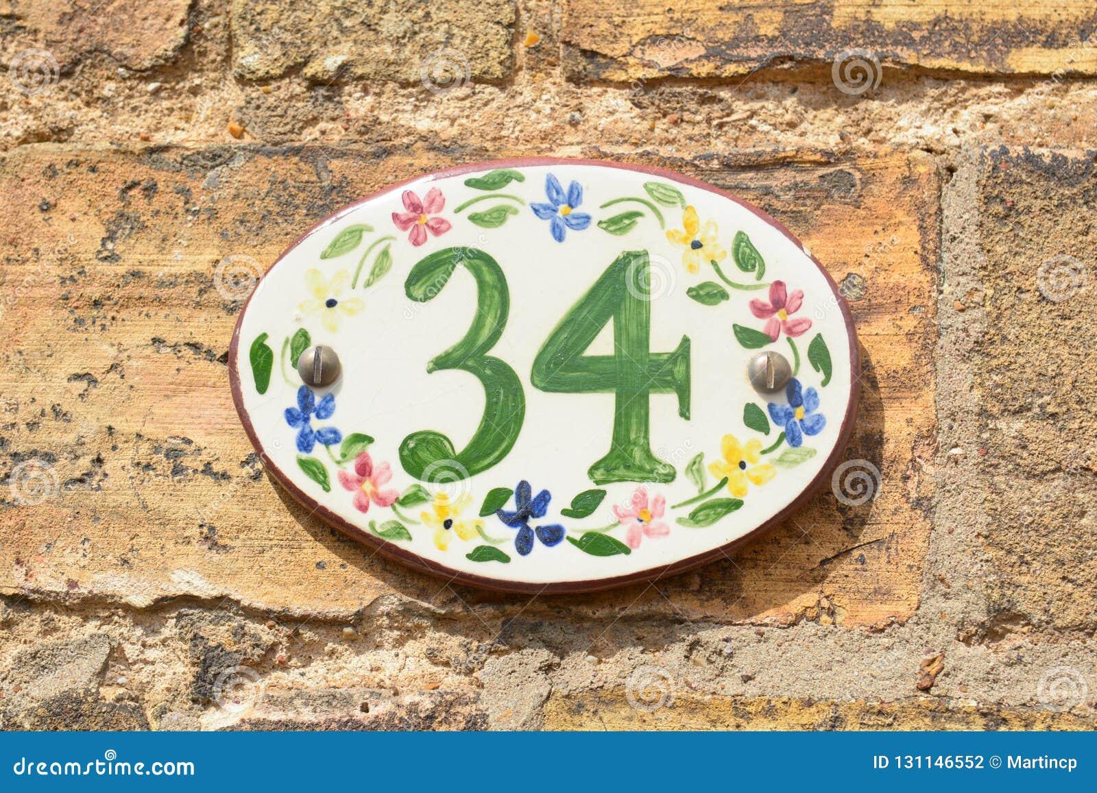 Segno del numero civico sulla piastrella di ceramica con i