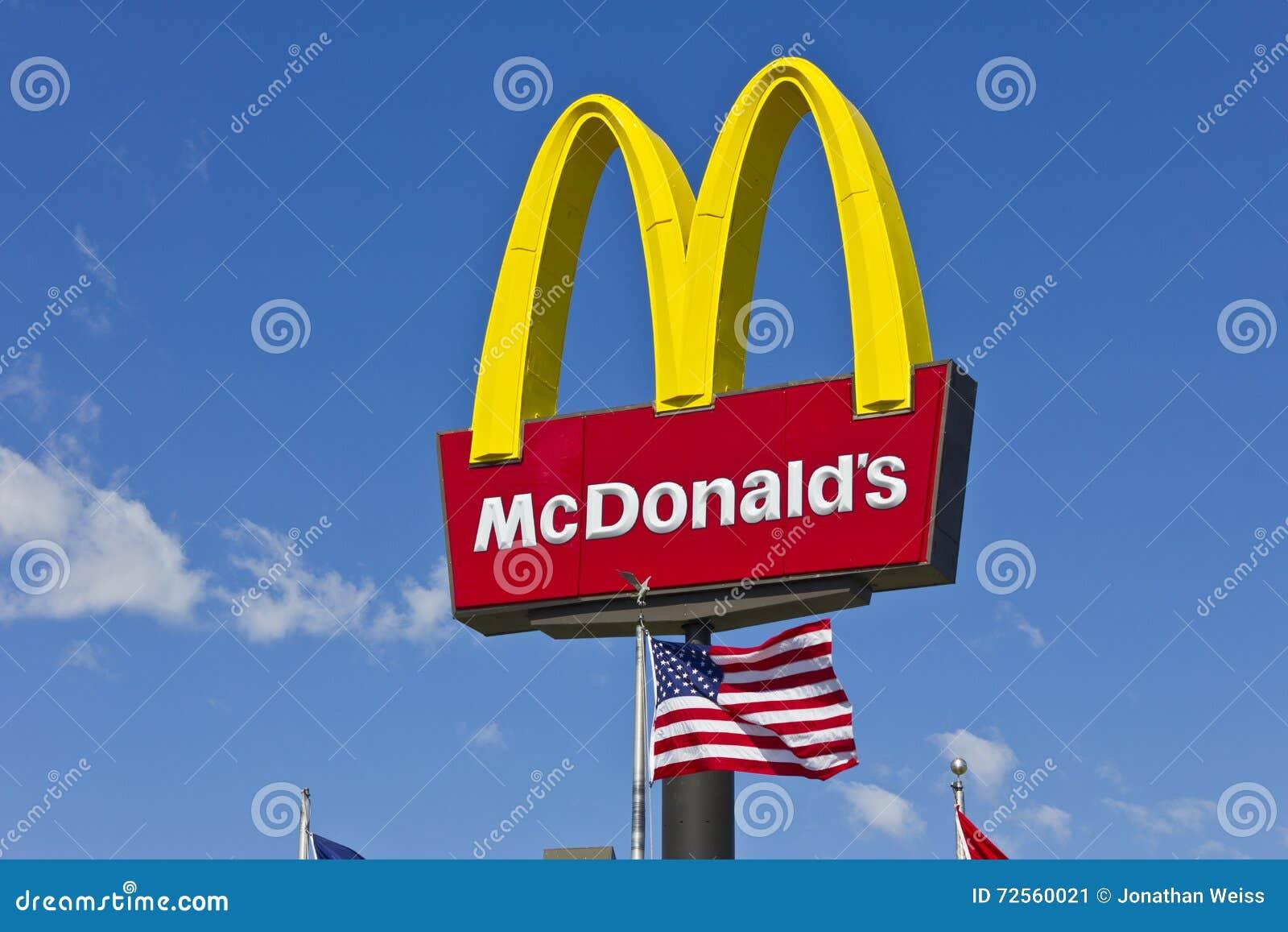 Segno del ristorante di McDonald s con la bandiera americana