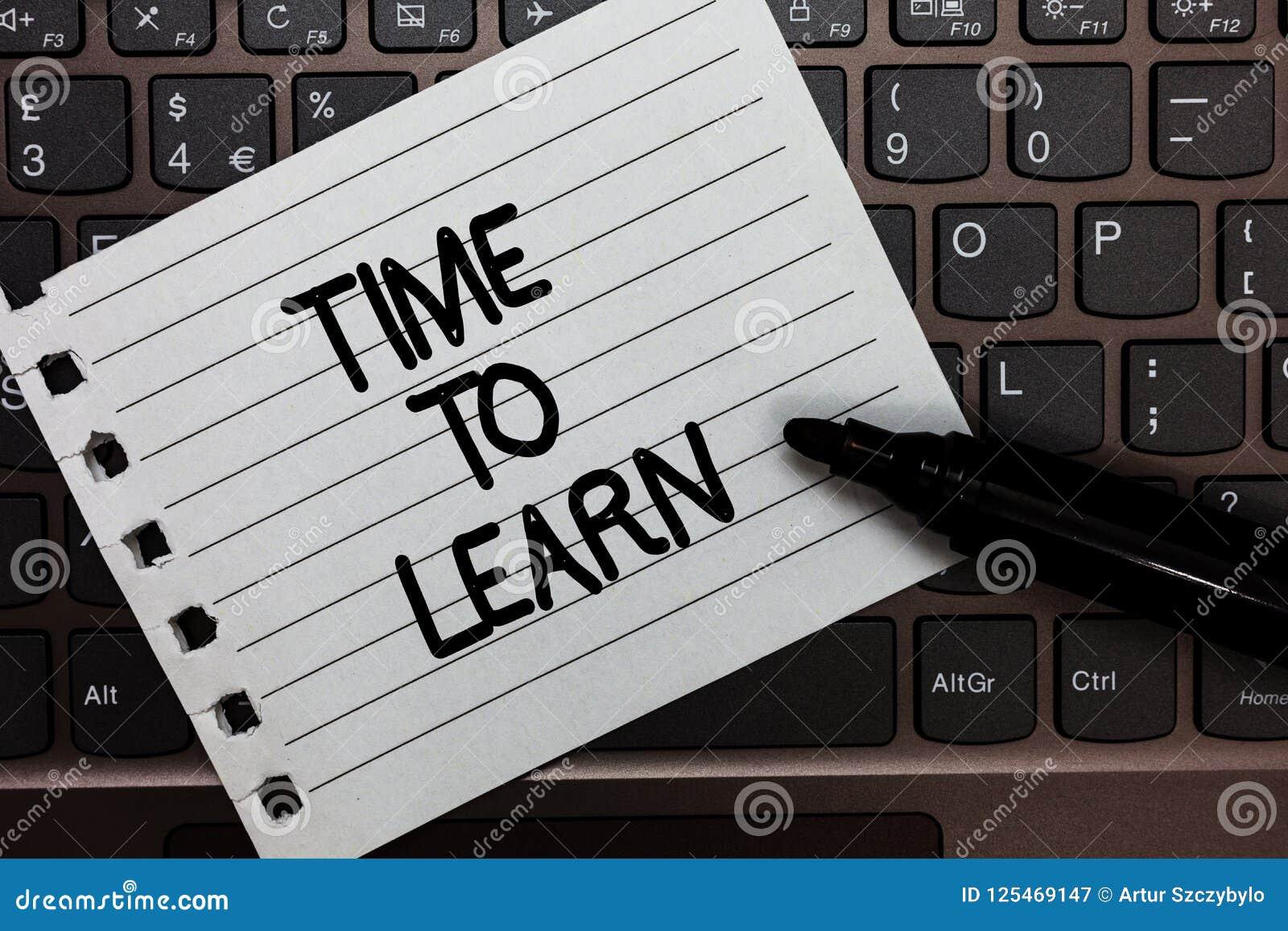 Segno del testo che mostra tempo di imparare La foto concettuale ottiene la conoscenza nuova o l abilità educativa o la carta del