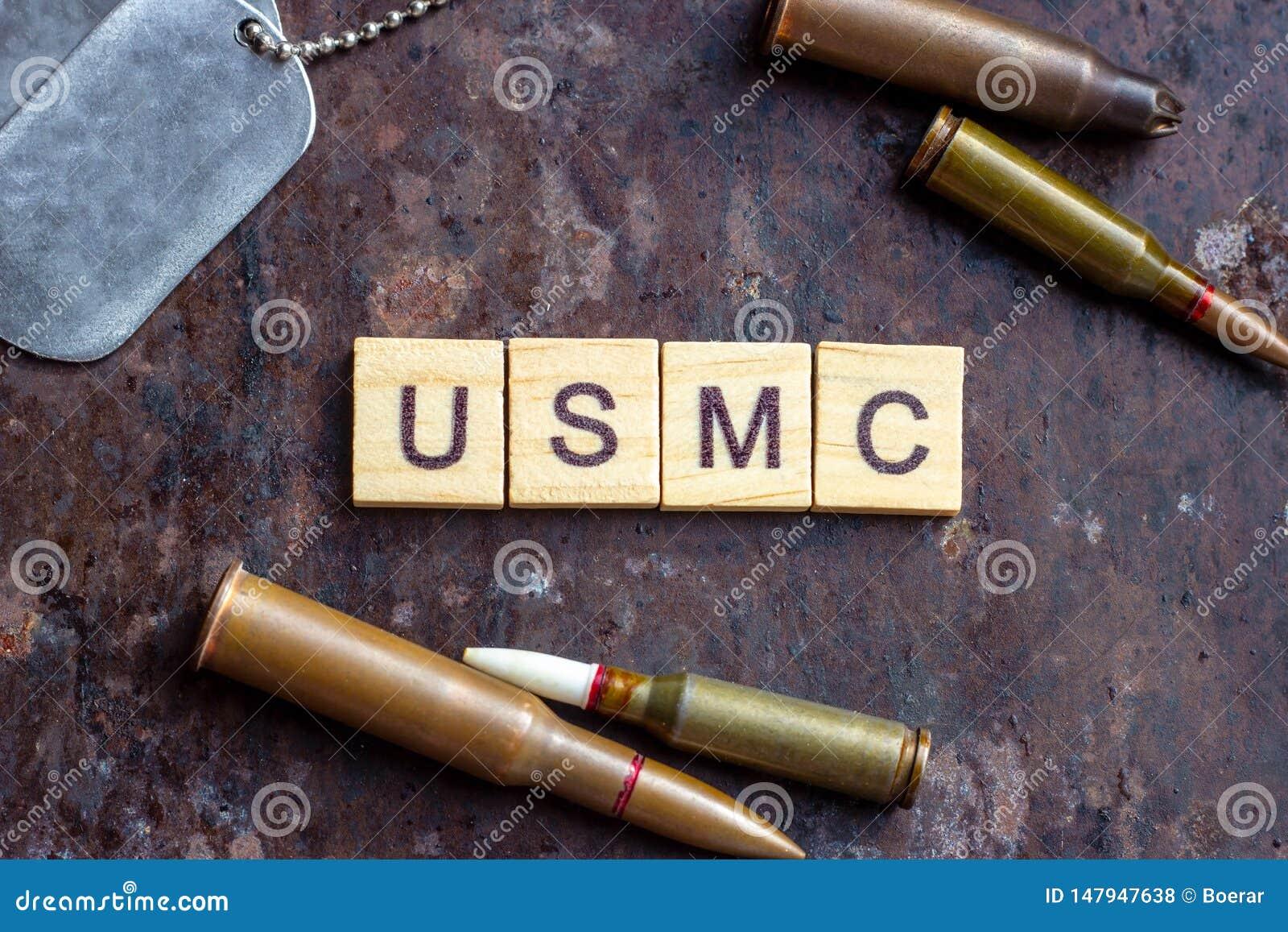 Segno del USMC con le pallottole dell arma e le medagliette per cani dell esercito sul fondo arrugginito del metallo Industria mi