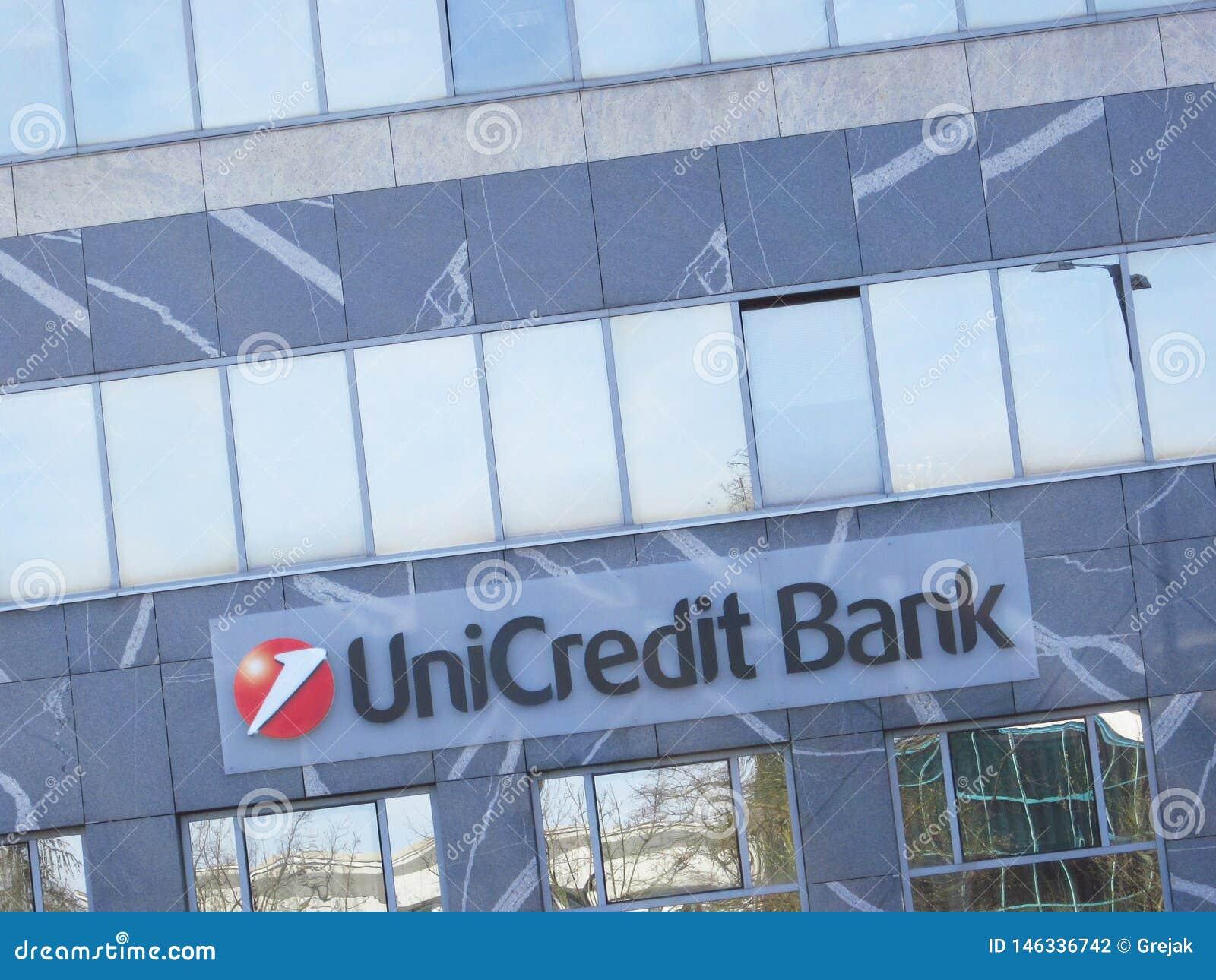 Segno della banca di Unicredit su una costruzione