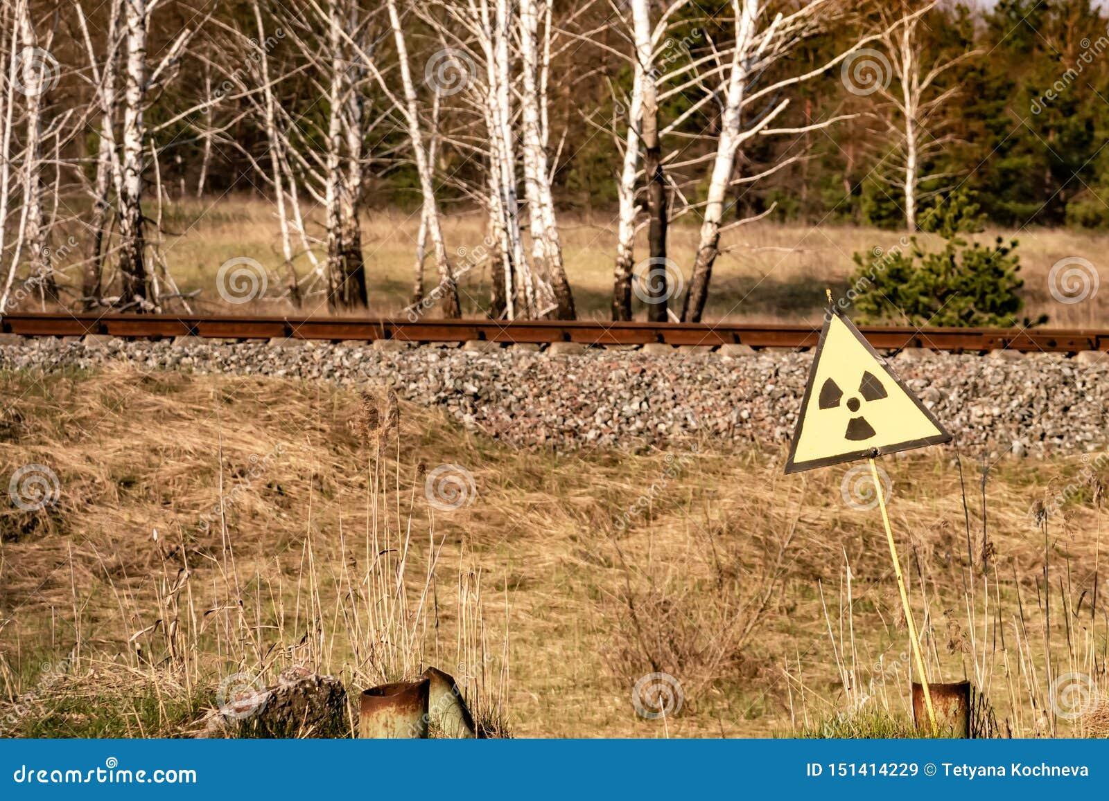 Segno di radiazione ionizzante vicino alla zona della centrale atomica di Cernobyl di alienazione