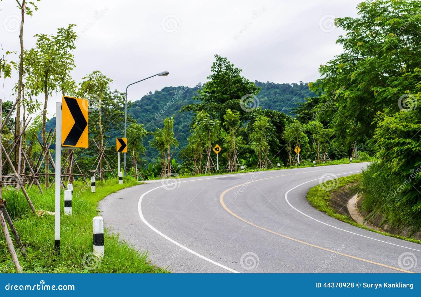 Segno di traffico stradale curvo